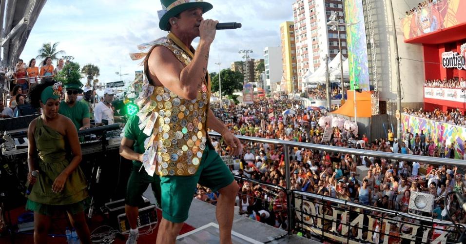 Ao contrário do primeiro dia da festa (16/2/12), quando desfilou para os foliões pipoca (carnavalesco que não paga para desfilar), nesta sexta-feira (17/2/12) Netinho cantou para 3.500 associados do Alô Inter (17/2/12)