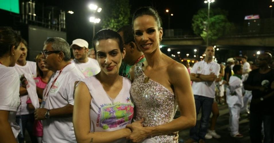 Cleo Pires e Ana Furtado prestigiam o desfile da escola de samba Pimpolhos da Grande Rio no Sambódromo do Rio (17/2/2012) A apresentadora é rainha da bateria da escola Acadêmicos do Grande Rio