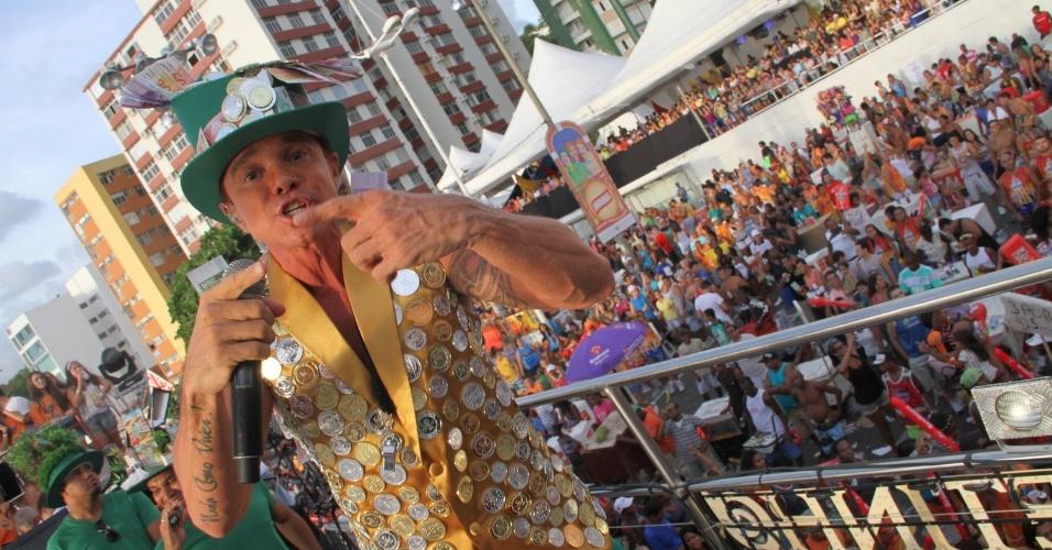 Com um figurino bem diferente dos demais cantores --roupa cheia de cédulas e moedas--, Netinho entrou na avenida para puxar os associados do bloco Alô Inter (17/2/12)