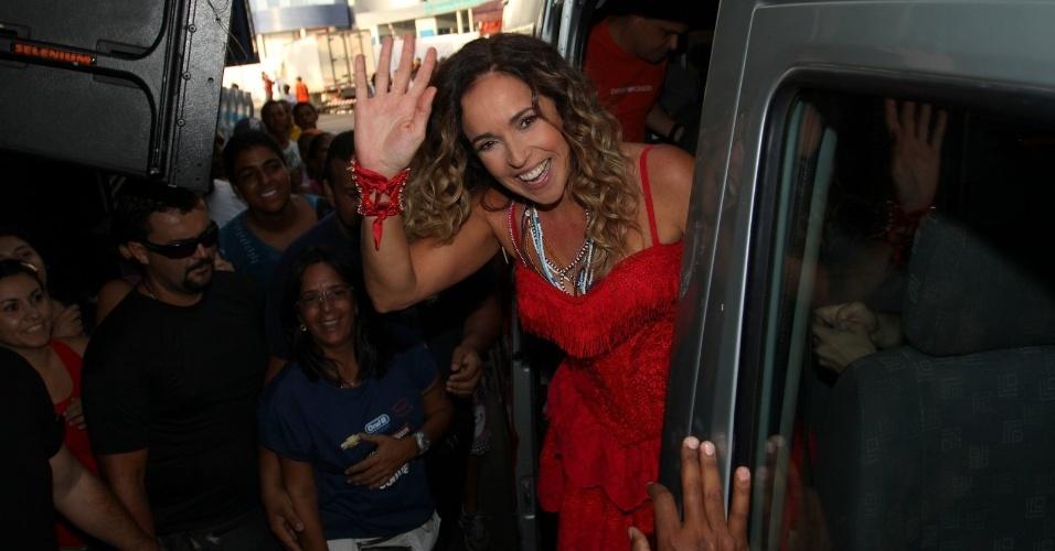 Daniela Mercury acena para fãs e fotógrafos ao chegar em trio do circuito Barra-Ondina (Dodô), em Salvador (17/2/12)