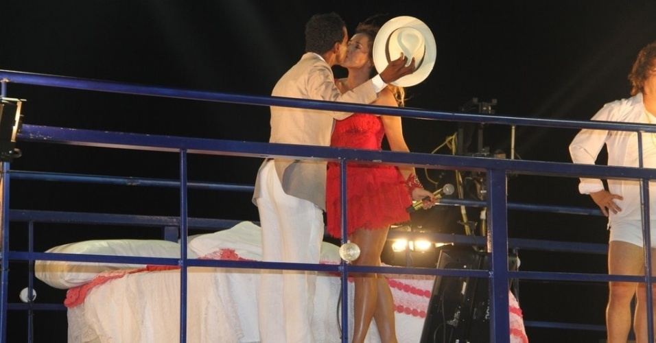 """Daniela Mercury beija Luís Miranda em encenação de """"Dona Flor e Seus Dois Maridos"""" no trio elétrico do circuito Barra-Ondina (Dodô), em Salvador (17/2/12)"""