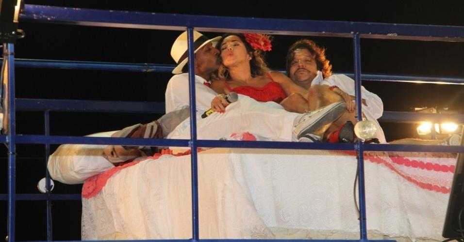 """Daniela Mercury encena trechos do livro """"Dona Flor e Seus Dois Maridos"""", de Jorge Amado, com Luís Miranda e Ricardo Bittencourt  no trio no circuito Barra-Ondina (Dodô), em Salvador (17/2/12)"""