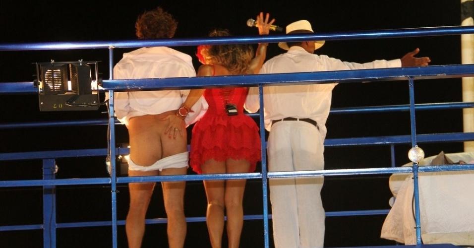 """Daniela Mercury encena """"Dona Flor e Seus Dois Maridos"""" com Luís Miranda e Ricardo Bittencourt  no trio no circuito Barra-Ondina (Dodô), em Salvador (17/2/12)"""