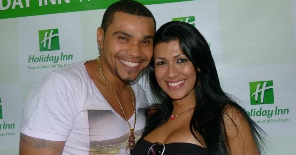MC Naldo e Mulher Moranguinho chegam ao Holliday Inn para o desfile das escolas de samba de São Paulo (17/2/12)