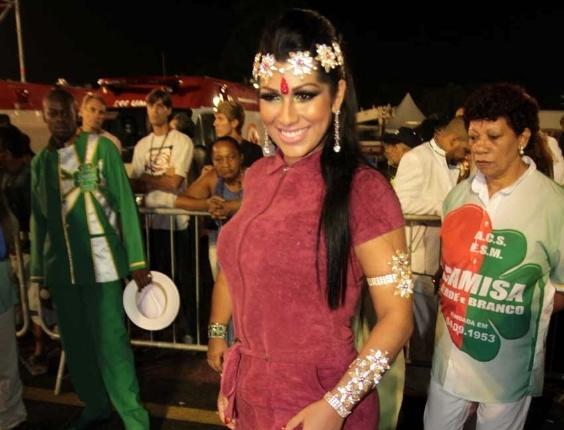 Mulher Moranguinho posa para foto na concentração da X-9 Paulistana na noite de sexta-feira (17/2/12)