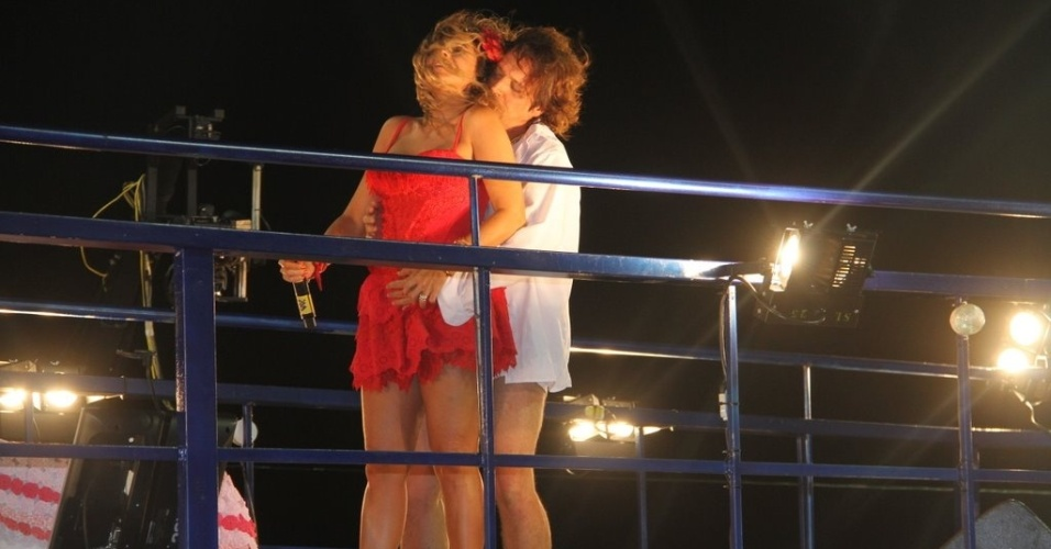 """O ator Ricardo Bittencourt  encena """"Dona Flor e Seus Dois Maridos"""" com Daniela Mercury no trio elétrico do circuito Barra-Ondina (Dodô), em Salvador (17/2/12)"""