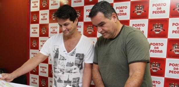 O ator Marcelo Serrado posa ao lado do carnavalesco Jayme Cezário no barracão da Porto da Pedra na Cidade do Samba, no Rio (17/2/12)