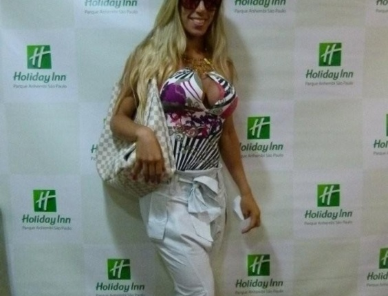 Tati Minerato, rainha de bateria da Gaviões da Fiel, chega ao Holliday Inn para o desfile das escolas de samba de São Paulo (17/2/12)