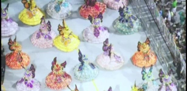 A ala das baianas representa as cores e flora brasileiros no desfile da X-9 Paulistana (18/2/2012)