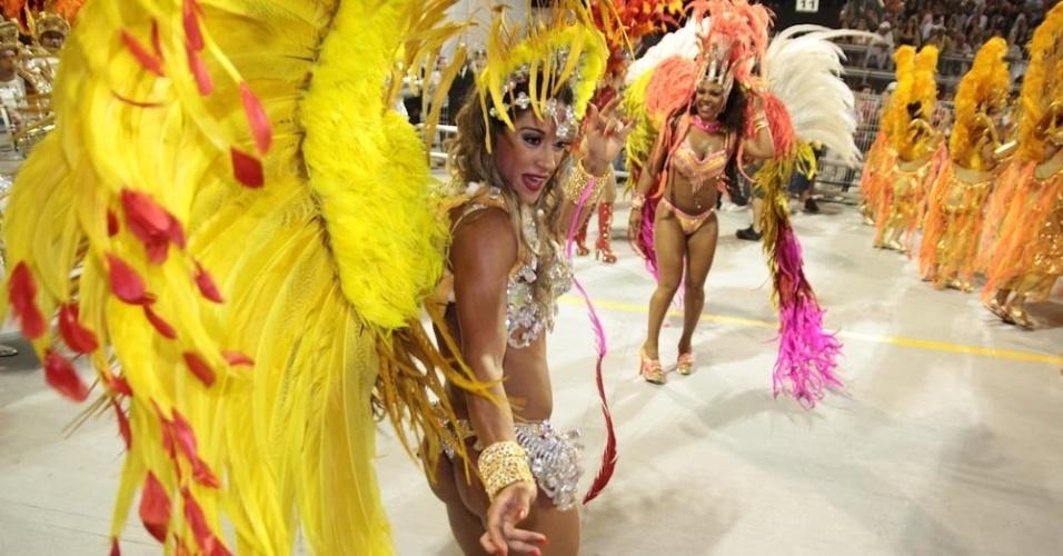A ex-BBB Mayra Cardi desfila como destaque da X-9 Paulistana (18/2/2012)