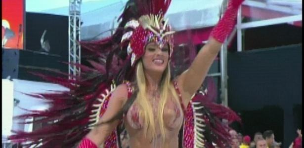 A ex-Panicat Juju Salimeni representando a pombagira Maria Padilha em desfile da Mancha Verde (18/2/2012)