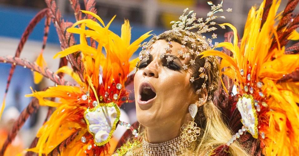 A miss bumbum 2011, Rosana Ferreira, desfilando pela X-9 Paulistana (18/2/2012)