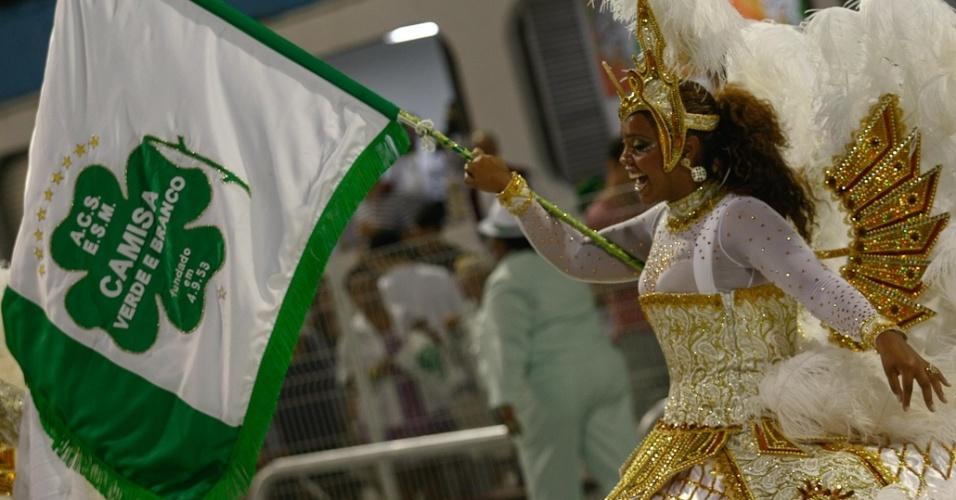 A porta-bandeiraTati, da Camisa Verde e Branco, desfila no Anhembi, em São Paulo (17/2/12)