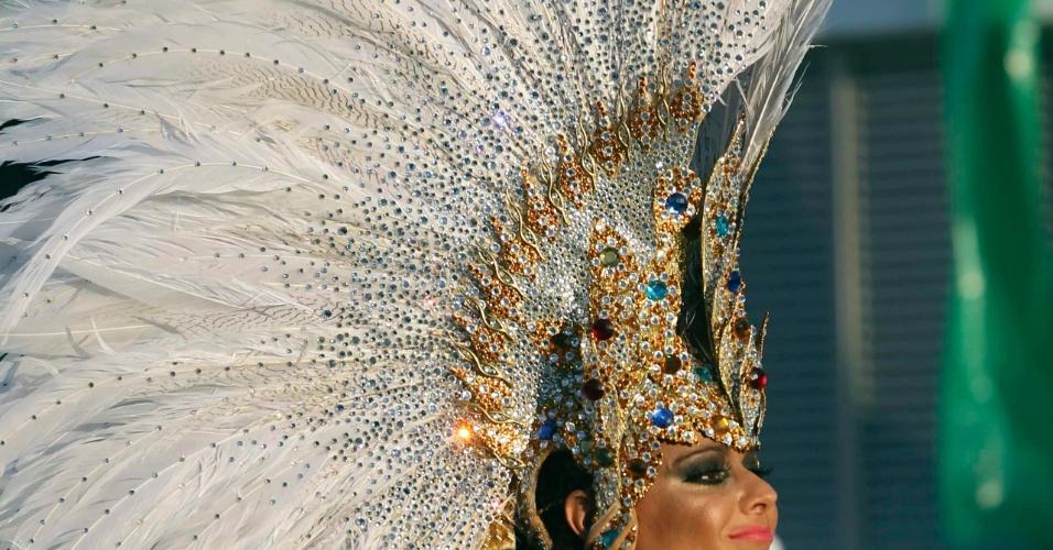 A rainha da bateria da Mancha Verde, Viviane Araújo, desfila confiante com sua fantasia (18/2/2012)