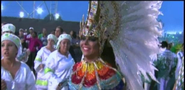A rainha da bateria da Mancha Verde, Viviane Araújo, fica alegre ao arrancar sorrisos da bateria (18/2/2012)
