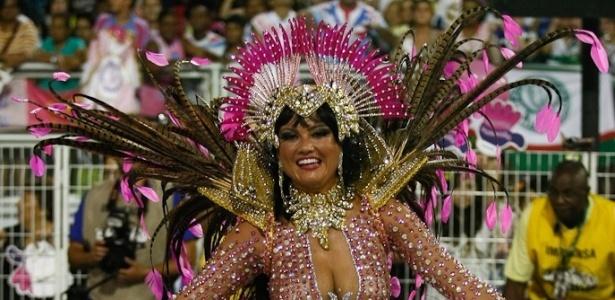 A rainha da bateria Ellen Rocche exibe toda sua sensualidade em desfile da Rosas de Ouro (18/2/2012)