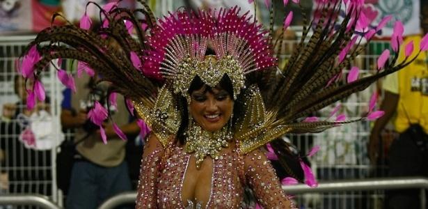 A rainha da bateria Ellen Rocche samba com vigor em desfile da Rosas de Ouro (18/2/2012)