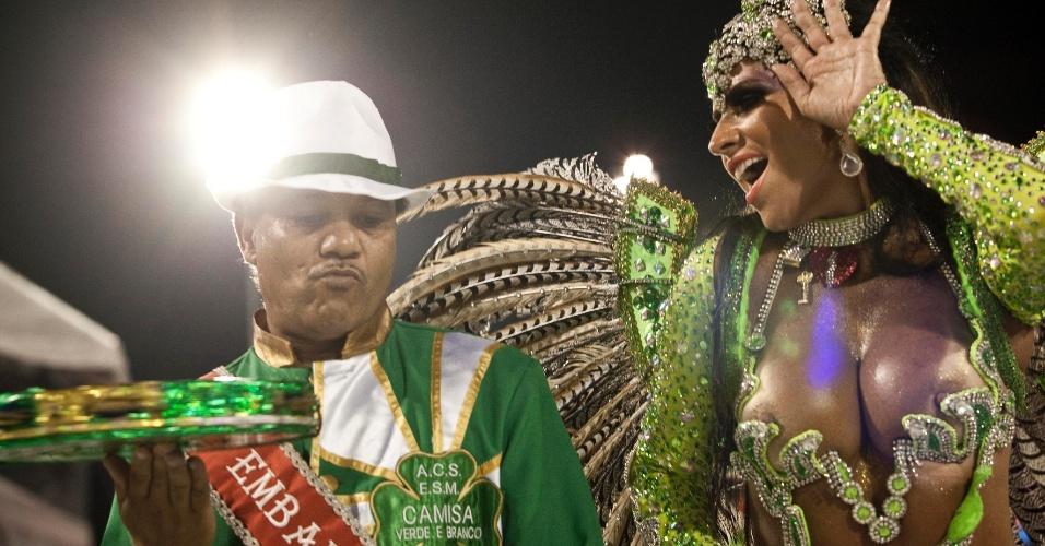 A rainha de bateria, Solange Gomes, desfila na Camisa Verde e Branco com o enredo