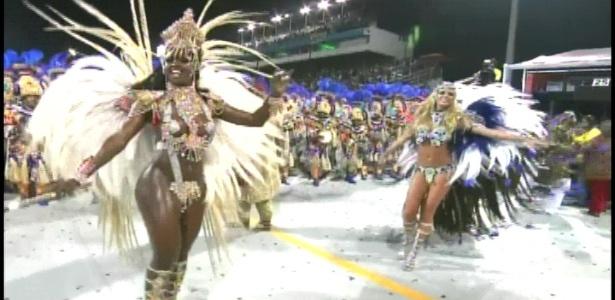 A rainha de bateria Valéria de Paula (esq.) e a madrinha da bateria Caroline Bittencourt (dir.) em desfile da Acadêmicos da Tucuruvi (18/2/2012)