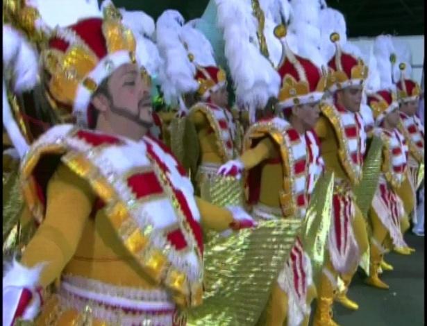 Ala da Rosas de Ouro ensaia passos na concentração (18/2/2012)