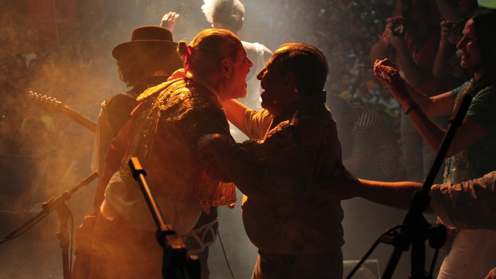 Alceu Valença e Germano Coelho conversam durante apresentacao na abertura do Carnaval de Olinda (16/2/12)