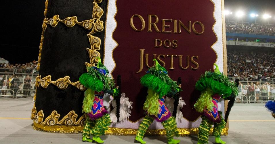 Alegoria principal da comissão de frente da Rosas de Ouro tem forma de livro infantil (18/2/2012)