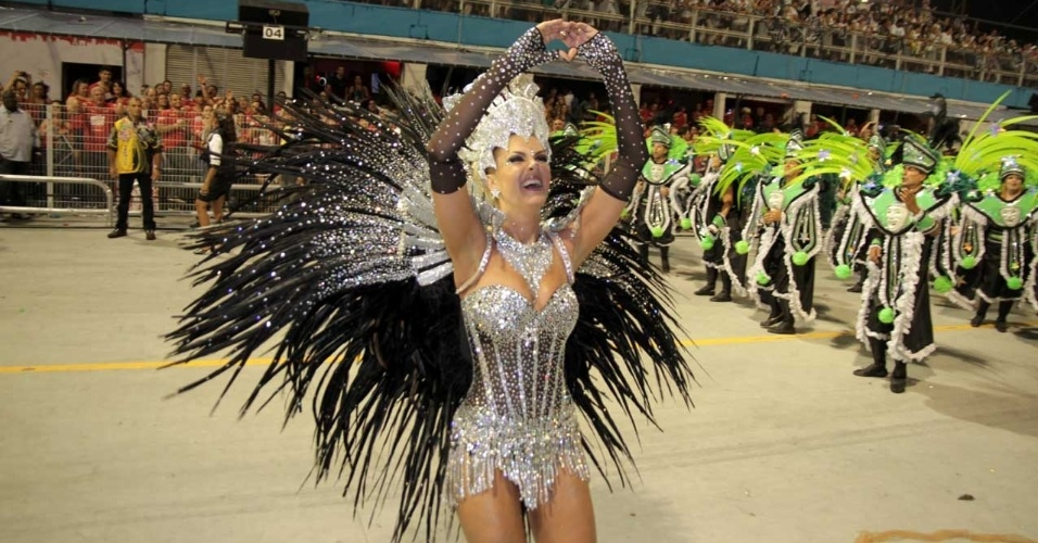 Ana Hickmann participa do desfile da Vai-Vai (18/2/2012)