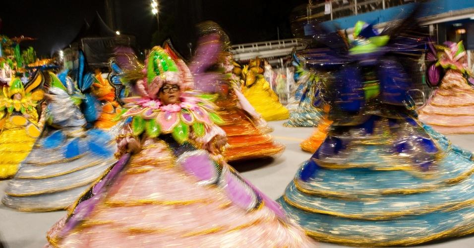 As baianas da X-9 fazem giro colorido em ala que representa a flora brasileira (18/2/2012)