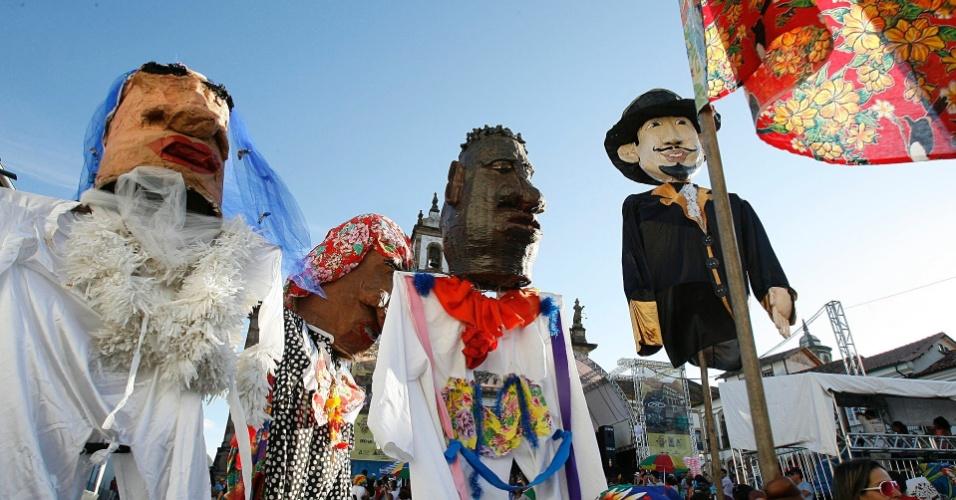 Bonecos gigantes enfeitam bloco Sanatório Geral, na Praça Tiradentes, em Ouro Preto (18/2/12)