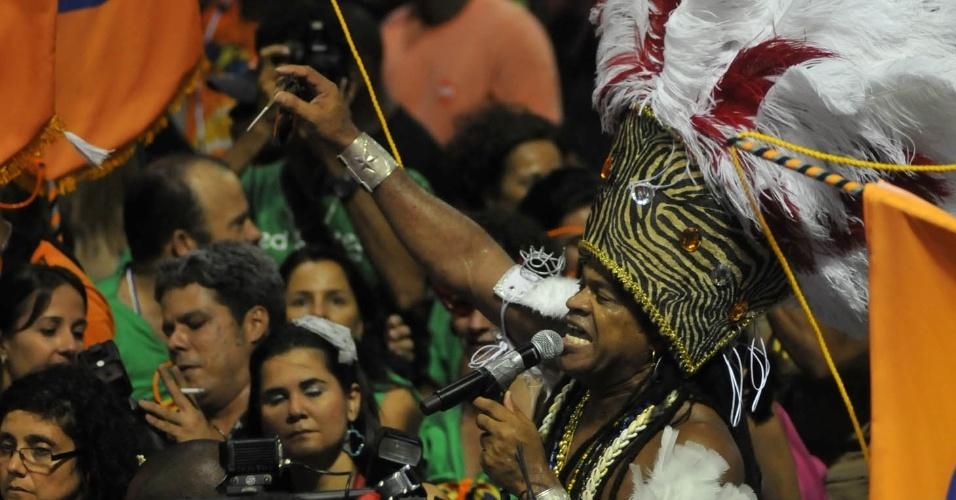 Carlinhos Brown no meio do público no Projeto Especial: Carlinhos, no Circuito Barra/Ondina, nesta sexta-feira (17/2/12)