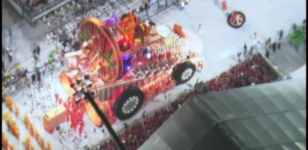 Carro abre-alas da X-9 Paulistana é a primeira alegoria a representar o Rali dos Sertões, enredo da escola (18/2/2012)