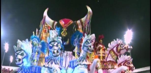 Carro com cabeça do boi bumbá em desfile da X-9 se chama