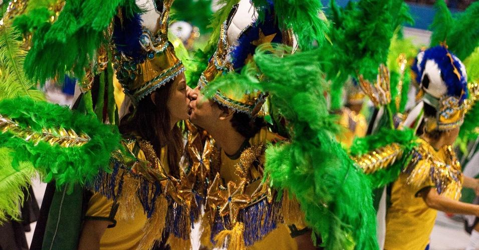 Casal se beija durante desfile da Camisa Verde e Branco, que levou o tema