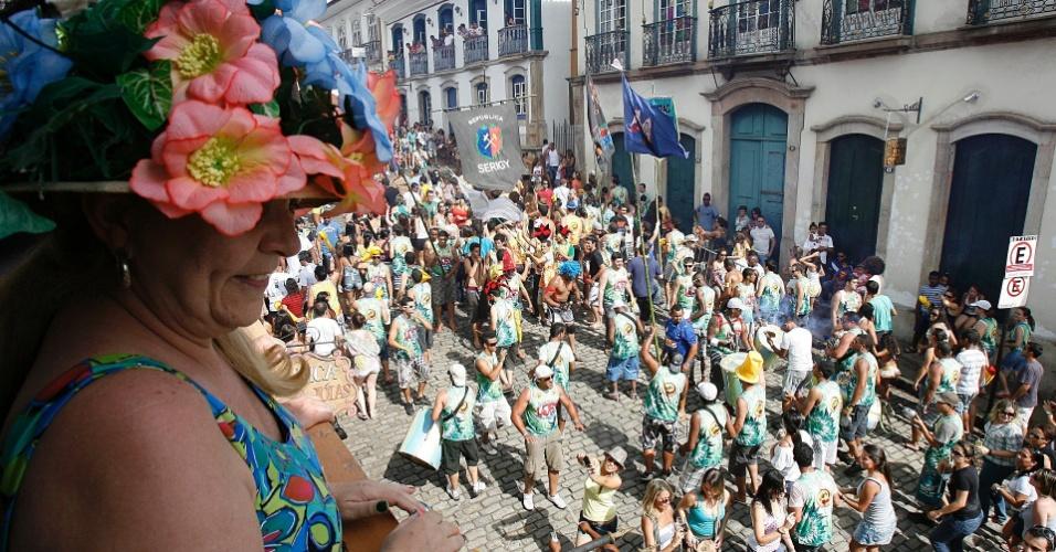 Com chapéu florido, mulher acompanha passagem do Bloco das Lajes em Ouro Preto (18/2/12)