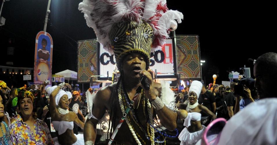 Com cocar de penas brancas e vermelhas, Carlinhos Brown se apresenta em Salvador nesta sexta (17/2/12)