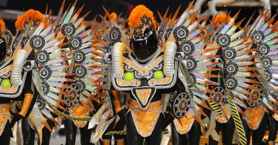 Comissão de frente da X-9 Paulistana vem fantasiada com capacetes em enredo sobre o Rally dos Sertões (18/2/2012)
