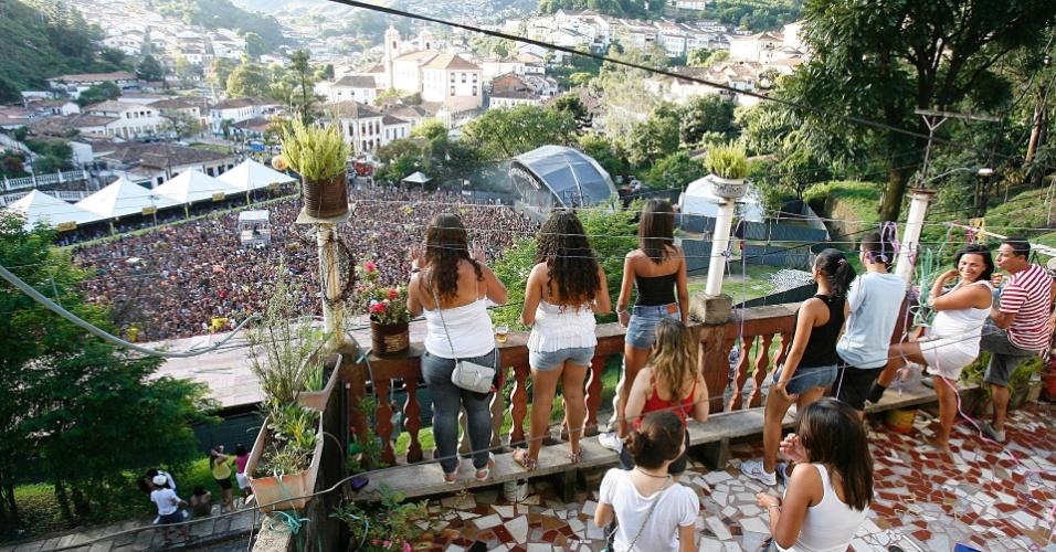 De alto de morro, pessoas assistem show do Bonde do Tigrão, em Ouro Preto (18/2/12)