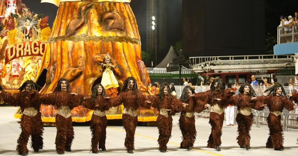 A comissão de frente da Dragões da Real desfila no Anhembi, em São Paulo (18/2/12)