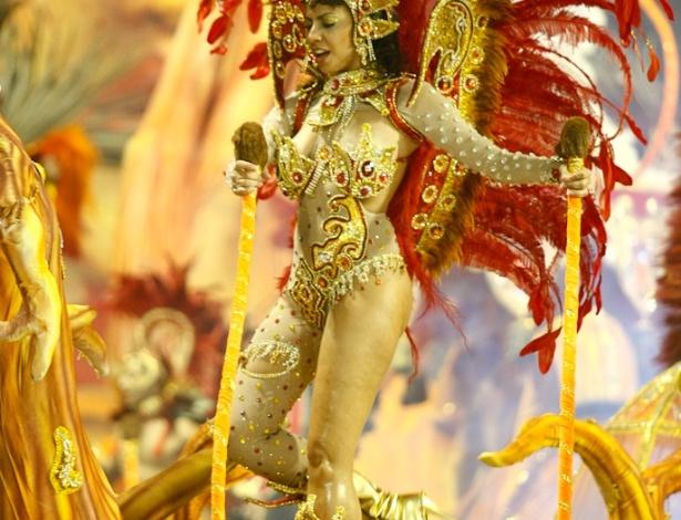 Passista samba no carro abre-alas no desfile da Dragões da Real, no Anhembi, em São Paulo (18/2/12)