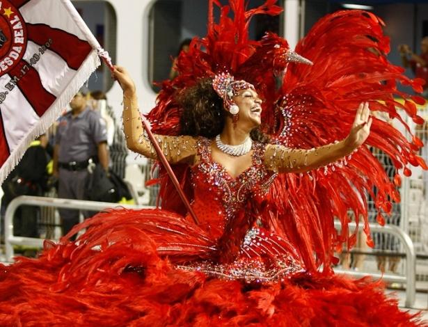 Lyssandra, a primeira porta-bandeira da Dragões da Real, desfila no Anhembi, em São Paulo (18/2/12)