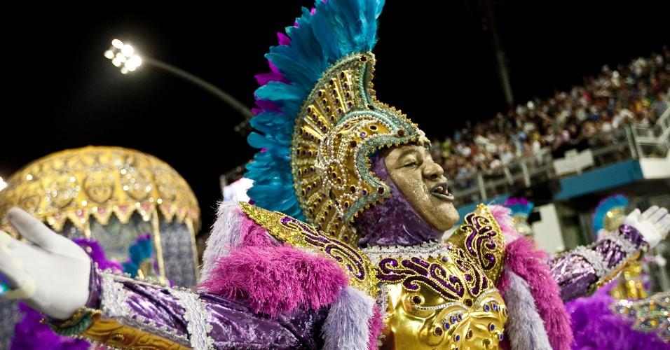 """Desfile da escola de samba Camisa Verde e Branco, que levou o enredo """"É o Amor"""", na primeira noite do carnaval paulista (17/2/12)"""