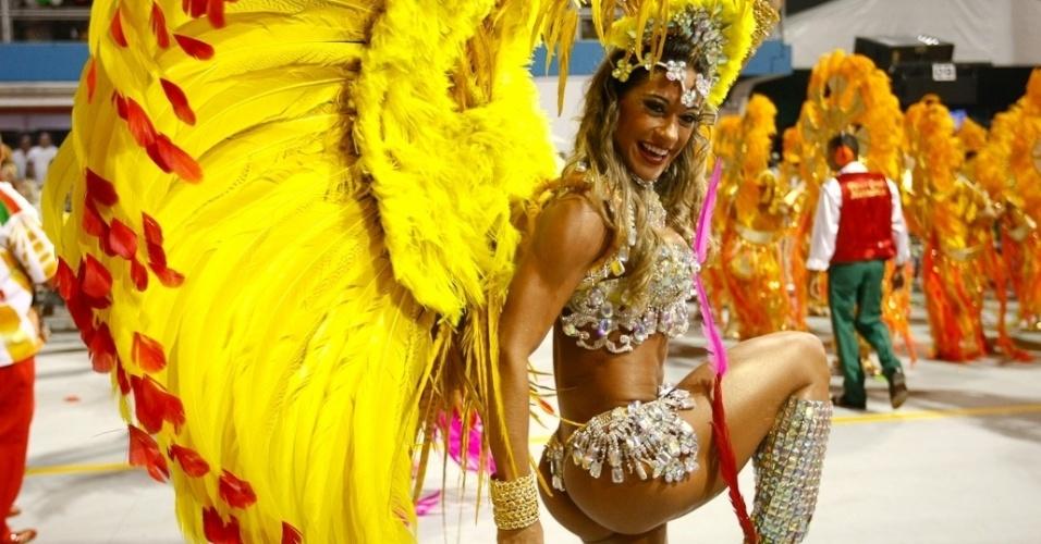 A ex-BBB Mayra Cardi, da escola de samba X-9, faz passo que destaca seu bumbum (18/2/2012)