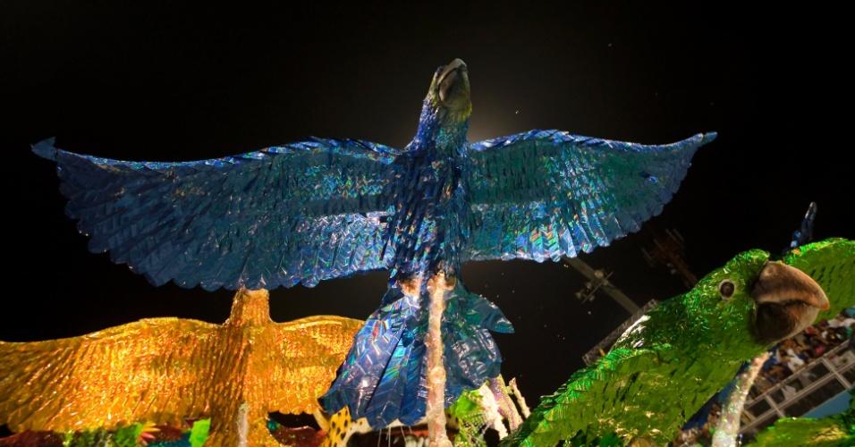 Detalhe de alegoria da X-9 que representa a fauna brasileira em enredo que fala do Rali dos Sertões (18/2/2012)