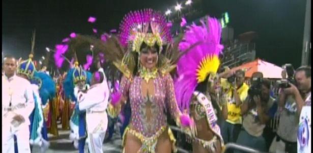 Ellen Rocche samba como rainha da bateria da Rosas de Ouro (18/2/2012)