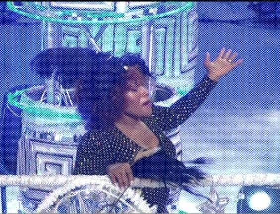 Elza Soares desfila em carro que mostra mulheres célebres da música e televisão (18/2/2012)
