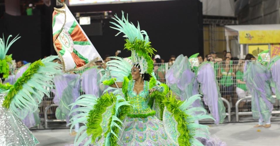 Fabíola, a primeira porta-bandeira da escola X-9 Paulistana, desfila com seu irmão Renatinho (18/2/2012)