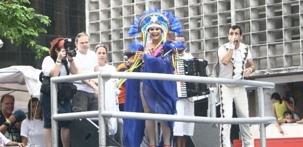 Fafá de Belém canta para os foliões do bloco Galo da Madrugada (18/2/2012)