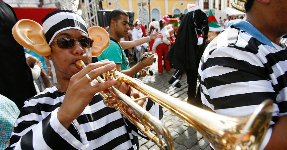 Fantasiados, integrantes de banda tocam marchinhas de Carnaval, em Ouro Preto (18/2/12)