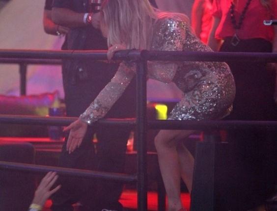 Fergie cumprimenta público no curte Carnaval Eletrônico do Stage Music Park, (17/2/12)