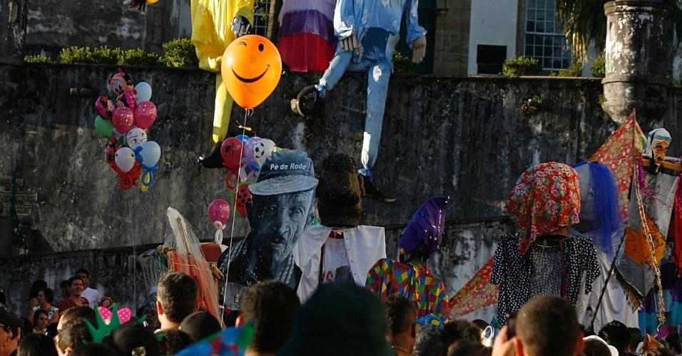Foliões brincam ao lado de bonecos gigantes em passagem do bloco Sanatório Geral, em Ouro Preto (18/2/12)